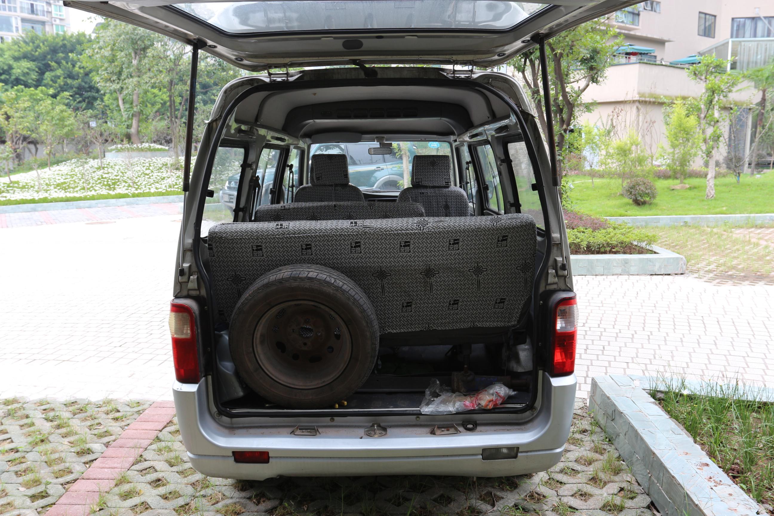经检测,该车辆前保险杠可见伤,发动机舱盖表面可见伤,行李箱盖喷漆