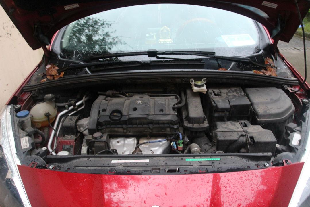 2012款标致308发动机机舱保险盒图解