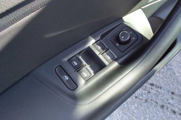 轮胎 :   胎纹深度正常,胎压正常 内饰-中控 :   车辆安全指示灯,被动