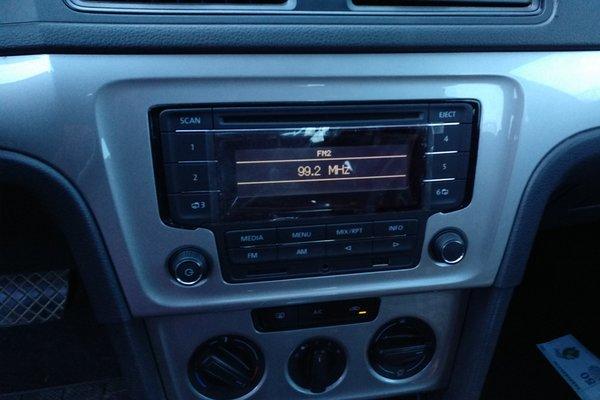 左前大灯 :   功能完全,使用正常 车内顶棚 :   无烟熏痕迹,电控开关